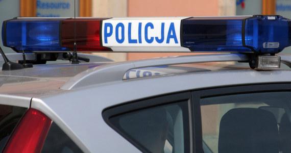 Nieznani sprawcy napadli na kantor w Nowym Targu w Małopolsce. Na miejscu pracują policyjni technicy. Wcześniej w tym samym mieście znaleziono skutego kajdankami mężczyznę.