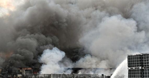 Do gaszenia pożaru składowiska odpadów w Jakubowie na Dolnym Śląsku trzeba było zaangażować prawie 40 zastępów straży pożarnej, dwa helikoptery, a ewakuowanych było 340 górników z pobliskieju kopalni - to efekty zdarzenia, do którego doszło 23 lipca. Teraz policja poinformowała o postawieniu zarzutów właścicielowi składowiska, który ma odpowiadać za podłożenie ognia. Mężczyzna najbliższe trzy miesiące spędzi w areszcie.
