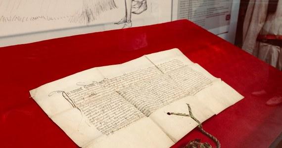 Historyk regionalista Krzysztof Laszkiewicz odnalazł zaginiony sto lat temu przywilej renowacyjny dla Łodzi, wydany w 1433 roku przez Władysława Jagiełłę. Bezcenny dokument tylko dziś do godz. 22 oglądać można w Muzeum Fabryki w łódzkiej Manufakturze.