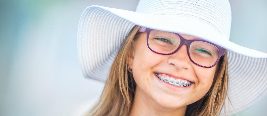 Leczenie ortodontyczne to wielomiesięczny i ciągły proces, który dla pożądanych efektów wymaga regularnych wizyt kontrolnych u ortodonty. Mają one na celu nie tylko sprawdzenie, czy wszystko przebiega bez zarzutów, ale również odpowiednie aktywowanie aparatu. Ortodonta Kamila Wasiluk, proponuje kilka rozwiązań, aby podczas dalekich, wakacyjnych podróży, móc cieszyć się w urlopem i nie zaszkodzić swojemu zgryzowi.