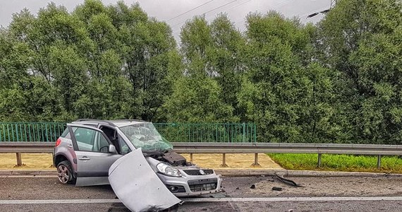Policja zatrzymała i skierowała na obserwację psychiatryczną 33-letniego kierowcę, który rano wjechał pod prąd na obwodnicę Krakowa, po czym spowodował śmiertelny wypadek. Zginęła w nim 57-letnia kobieta.