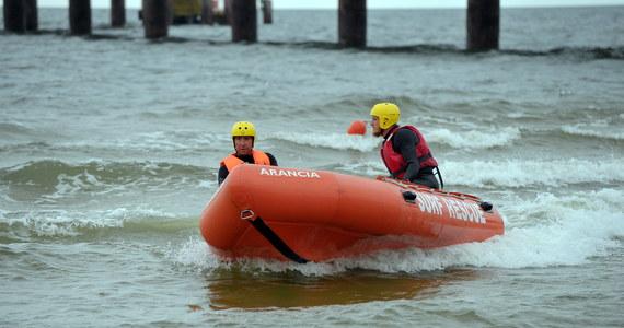 W piątkowe popołudnie na Zalewie Kamieńskim w okolicach Kamienia Pomorskiego przerwano poszukiwania 15-latki, która dzień wcześniej wypadła do wody z łodzi. Jak poinformowała zachodniopomorska straż pożarna, w sobotę poszukiwania zostaną wznowione z użyciem sonaru.