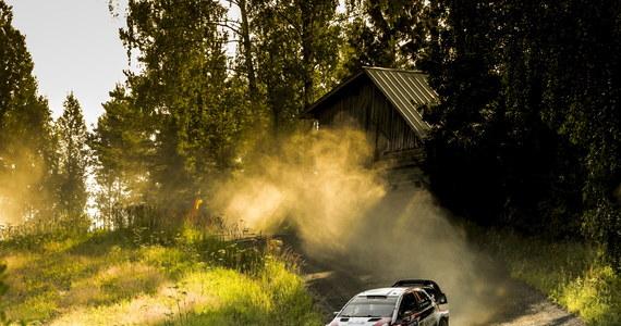 Ott Tanak (Toyota Yaris) prowadzi po 11 z 23 odcinków specjalnych Rajdu Finlandii, który jest ósmą rundą samochodowych mistrzostw świata. Estoński kierowca wygrał dotychczas sześć oesów i ma 5,8 s przewagi nad drugim w stawce Norwegiem Madsem Oestbergiem (Citroen C3) i 23,1 s przewagi nad reprezentantem gospodarzy Jarim-Mattim Latvalą (Toyota Yaris), który plasuje się na trzeciej pozycji. Jedyna polska załoga - Łukasz Pieniążek i Przemysław Mazur (Skoda Fabia R5) - zajmuje 18. miejsce, a siódme w klasie RC2.