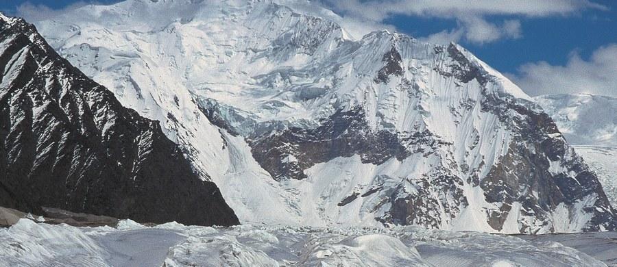 Rosjanin Aleksander Gukow, który utknął na wysokości 6200 m n.p.m. na północnym filarze szczytu Latok I (7145 m) w Karakorum rozbił namiot. Ma on także kuchenkę gazową, pozwalającą na topienie śniegu - wynika z informacji przekazanej przez Annę Piunową, która koordynuje akcję ratunkową.
