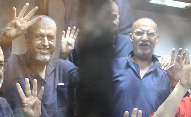 Sąd w Kairze skazał w zbiorowym procesie na śmierć przez powieszenie 75 spośród 739 oskarżonych za przestępstwa w czasie protestów na placu Rabaa z 2013 r. przeciw odsunięciu od władzy związanego z Bractwem Muzułmańskim prezydenta Mohammeda Mursiego.
