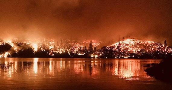 Prezydent USA Donald Trump ogłosił stan zagrożenia w Kalifornii i zobowiązał rząd federalny do zabezpieczenia dodatkowej pomocy ze względu na pożary, które od 23 lipca pustoszą region i które zmusiły do ewakuacji prawie 38 tys. osób - podało EFE. Pięć osób zginęło w wyniku pożarów.