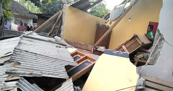 W trzęsieniu ziemi o magnitudzie 6.4, które nawiedziło rejon indonezyjskiej turystycznej wyspy Lambok, co najmniej 3 osoby poniosły śmierć - podał Reuters. Skala strat materialnych nie jest jeszcze znana.