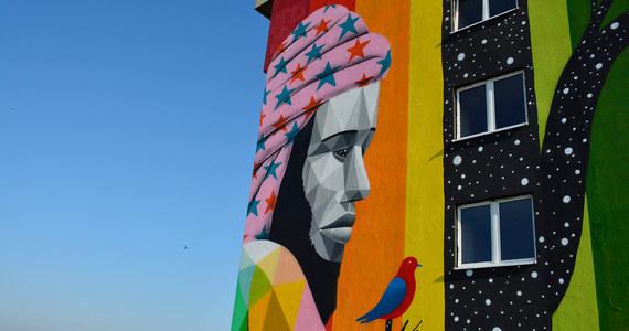 """Na akademiku """"Olimp"""" Uniwersytetu Łódzkiego, hiszpański artysta Okuda stworzył mural z okazji 20-lecia organizacji Erasmus Student Network oraz programu Erasmus w Polsce. Dzieło można podziwiać od 29 lipca na budynku przy Lumumby 12 w Łodzi."""
