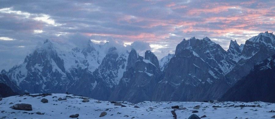 Pogoda poprawiła się Karakorum. To dobre wieści dla ekipy nieopodal szczytu Latok I, gdzie na wysokości 6200 m n.p.m. na jego północnym filarze utknął rosyjski himalaista Aleksander Gukow. Ze Skardu wyruszyły śmigłowce.