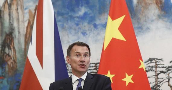 """Chiny zaproponowały Wielkiej Brytanii rozpoczęcie rozmów na temat umowy o wolnym handlu, która miałaby obowiązywać po wystąpieniu tego kraju z Unii Europejskiej - powiedział przebywający z wizytą w Pekinie szef brytyjskiego MSZ Jeremy Hunt. Po spotkaniu z szefem chińskiej dyplomacji Wangiem Yi Hunt powiedział, że Pekin zaproponował, by """"otworzyć dyskusje w sprawie możliwej umowy o wolnym handlu pomiędzy Wielką Brytanią a Chinami"""" dotyczącej sytuacji po Brexicie. """"To jest coś, co przyjmujemy z zadowoleniem i powiedzieliśmy, że się temu przyjrzymy"""" - oświadczył Hunt, który objął stanowisko szefa brytyjskiego MSZ w tym miesiącu po rezygnacji Borisa Johnsona."""