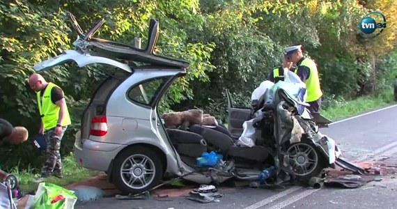 Sześć osób zostało rannych w wypadku, do którego doszło rano między miejscowościami Ostropole a Barwice, kilkanaście kilometrów od Szczecinka w woj. zachodniopomorskim. W czołowym zderzeniu dwóch samochodów poszkodowanych zostało dwoje dzieci wieku 4 i 12 lat.