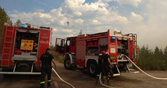 """""""Pojawiły się nowe ogniska pożarów na południowy wschód od miejsca, gdzie teraz jesteśmy. Dostaliśmy prośbę o przekierowanie naszych zasobów"""" – mówił w rozmowie z RMF FM dowódca polskich strażaków w Szwecji mł. brygadier Michał Langner z KG PSP. Dodał, że w Szwecji zapowiadane jest ochłodzenie. """"Jeśli w weekend sytuacja się ustabilizuje, to może wtedy wrócimy do domu"""" – oświadczył."""