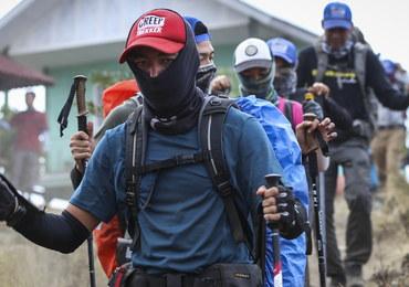 Przez trzęsienie ziemi zostali uwięzieni na szczycie wulkanu. Ratownicy sprowadzają ich w dół