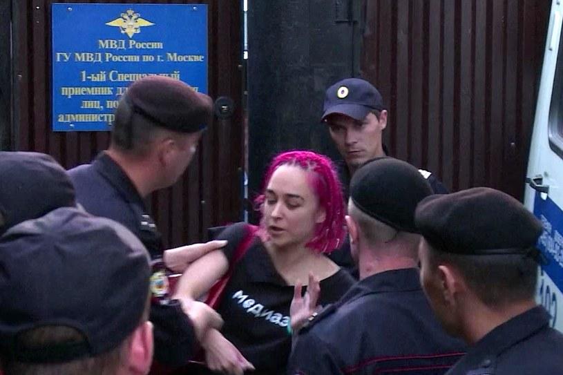 Krótko trwała wolność członków Pussy Riot, którzy przerwali finał mistrzostw świata w piłce nożnej w Rosji. Po wyjściu z więzienia od razu zgarnęła ich policja.
