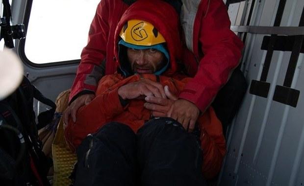 To była akcja ratunkowa jedyna w swoim rodzaju - mówi Marcin Kacperek, wspinacz, ratownik i przewodnik wysokogórski, komentując spektakularne uratowanie Aleksandra Gukowa pod szczytem Latoka I w Karakorum. Rosyjski wspinacz czekał na pomoc na wysokości 6200 metrów. Po śmiertelnym wypadku partnera, przyczepiony do potężnej skalnej ściany, spędził ostatnie 6 dni samotnie i bez jedzenia. Dopiero dziś, gdy poprawiła się pogoda, użyto śmigłowca pakistańskiej armii, dzięki czemu akcja ratunkowa zakończyła się sukcesem.