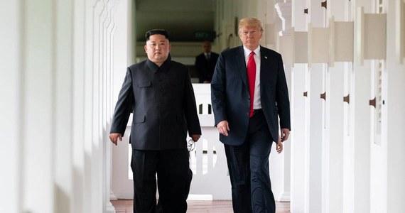 """Obie Koree, Stany Zjednoczone i Chiny prowadzą zakulisowe negocjacje ws. formalnego zakończenia wojny koreańskiej, ale pomiędzy czterema krajami wciąż występują istotne różnice zdań - poinformował południowokoreański dziennik """"Dzoson Ilbo"""". Korea Północna i Korea Południowa wciąż są formalnie w stanie wojny, gdyż konflikt z lat 1950-1953 zakończył się jedynie podpisaniem rozejmu. W kwietniu jednak przywódcy obu krajów zadeklarowali, że będą się starać o zawarcie układu pokojowego jeszcze przed końcem roku. Wymaga to współpracy z USA i Chinami, które są sygnatariuszami podpisanego w 1953 roku rozejmu."""