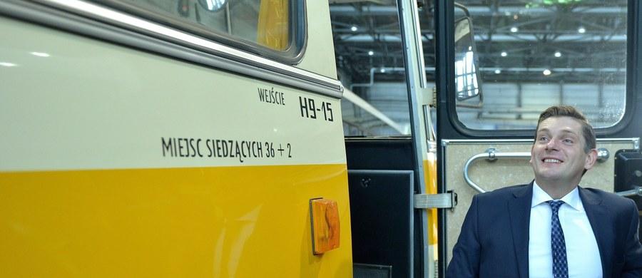 Decyzja, by Autosan nie startował w przetargu na autokary dla armii, to błąd - ocenia były wiceminister obrony Bartosz Kownacki. W przetargu na 18 pojazdów nie złożono żadnej oferty i postępowanie unieważniono. Państwowa spółka argumentuje, że w związku z realizowanymi dostawami nie dałaby rady dostarczyć autobusów do końca listopada - a taki był warunek zamawiającego.