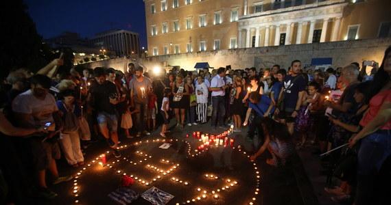 Grecka policja portowa poinformowała we wtorek o znalezieniu zwłok dwojga ludzi. Jeśli potwierdzi się, że zginęli w pożarach sprzed tygodnia, wówczas łączna liczba ofiar pożarów od 23 lipca wzrośnie do co najmniej 93 osób. Liczba ta nie jest pewna.