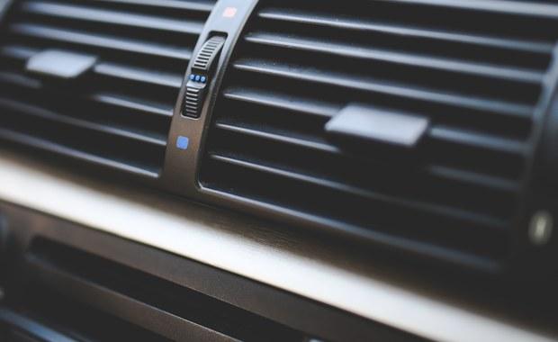 Używasz klimatyzacji w samochodzie? Możesz mieć problemy z oczami - ostrzegają specjaliści. Wszystko za sprawą suchego powietrza. Nie wolno tego bagatelizować, bo może się to skończyć powikłaniami.