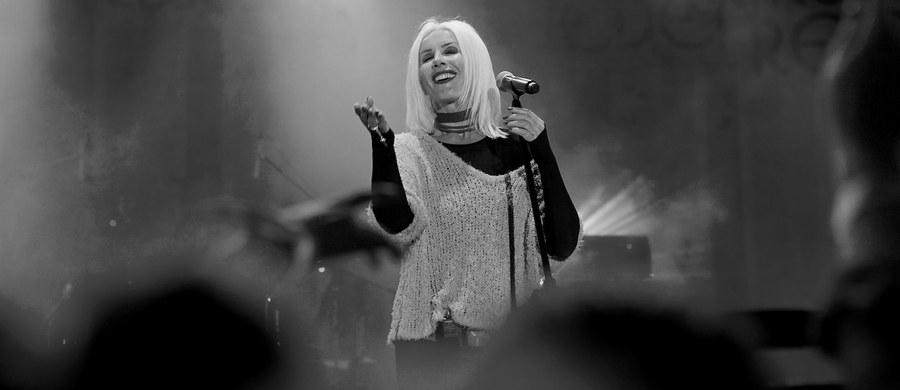 W środę 8 sierpnia na Cmentarzu Wojskowym przy ul. Powązkowskiej w Warszawie zostanie pochowana Kora. Legendarna wokalistka rockowa zespołu Maanam zmarła w sobotę w wieku 67 lat po długiej walce z chorobą nowotworową. Datę i miejsce pochówku wskazali na oficjalnym profilu na Facebooku artystki jej bliscy.