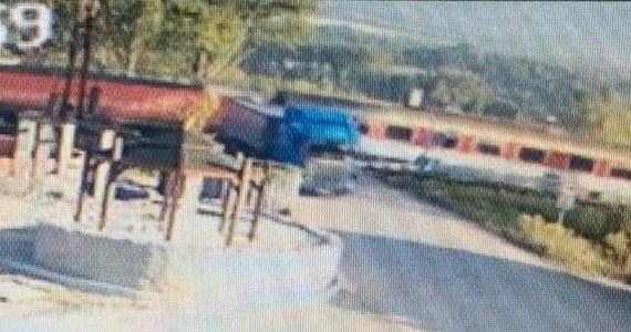 Słowacka policja prowadzi dochodzenie w sprawie incydentu na przejeździe kolejowym w miejscowości Turany. Polski tir przełamał tam szlabany i dosłownie o centymetry minął się z pociągiem pospiesznym jadącym z Koszyc do Bratysławy! Polak, który siedział za kierownicą ciężarówki, był trzeźwy.