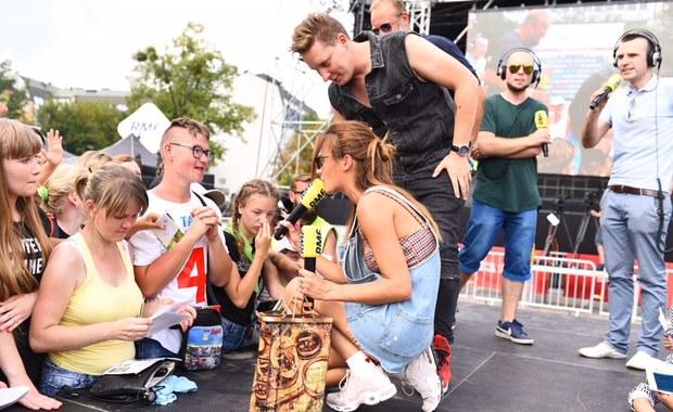 Rozdaliśmy tysiące lodów, gofry dla słuchaczy przyrządzała Natalia Szroeder, Antek Smykiewicz wziął udział w kilku szybkich randkach, a Artur Siódmiak szkolił z rzutu do celu pomidorem. Zaśpiewaliśmy też na największym w Polsce Karaoke - tak wyglądała druga odsłona Zlotu Gwiazd RMF FM w Gdańsku na Targu Węglowym. Za tydzień widzimy się w Katowicach.