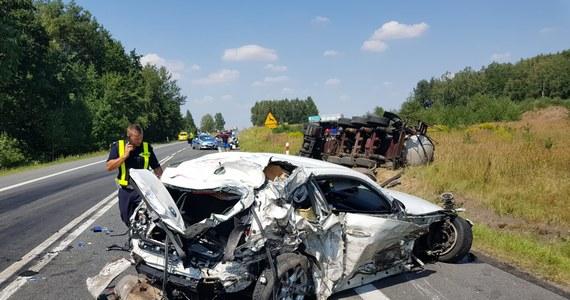 Dwie kobiety zostały ranne przed południem w wypadku na drodze krajowej numer 11 w Opolskiem. W Kluczborku osobowe bmw zostało staranowane przez ciężarówkę, po czym wpadło pod inny pojazd ciężarowy jadący z przeciwnej strony. Aby uwolnić zakleszczone w bmw osoby, strażacy musieli wycinać fragment samochodu.