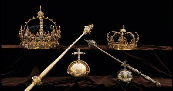 Szwedzka policja wszczęła poszukiwania na wielką skalę po zuchwałej kradzieży klejnotów królewskich z katedry ewangelicko-luterańskiej niedaleko Sztokholmu; sprawcy uciekli z miejsca przestępstwa motorówką - poinformowały media. Według informacji przekazanych przez policję dwaj mężczyźni we wtorek skradli dwie korony i jabłko królewskie, które należały do pary monarszej z przełomu XVI i XVII wieku, z katedry w miejscowości Straengnaes, położonej ok. 50 km na zachód Sztokholmu.