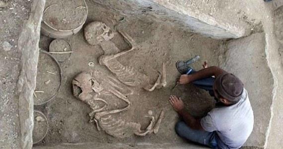 """Liczące 5000 lat szkielety pochowanych we wspólnym grobie kobiety i mężczyzny znaleziono w Kazachstanie w prowincji Karaganda. Parę już okrzyknięto kazachskimi """"Romeo i Julią"""", których połączyła wieczna miłość. Ich grobowiec wypełniały klejnoty, obok nich złożono w ofierze dwa konie."""