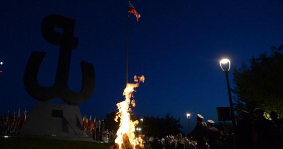 Na Kopcu Powstania Warszawskiego zapłonęło w środę wieczorem Ognisko Pamięci. Ogień został przyniesiony przez sztafetę pokoleń z Grobu Nieznanego Żołnierza; będzie płonął przez 63 dni - do 2 października.