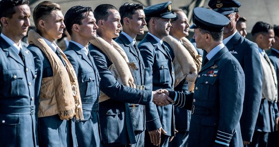 """Film """"Dywizjon 303"""" to prawdziwa historia polskich asów przestworzy, inspirowana bestsellerem Arkadego Fiedlera  o tym samym tytule.  Polscy lotnicy, początkowo niedoceniani i wyśmiewani, stają się legendą. W ramach Królewskich Sił Powietrznych Wielkiej Brytanii (RAF-u) tworzą jednostkę elitarną – Dywizjon 303, która nie ma sobie równych. Premiera już 31 sierpnia!"""