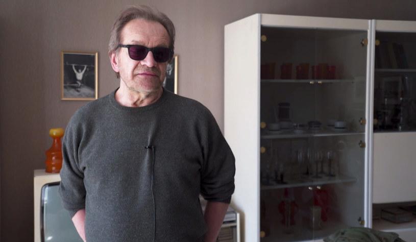"""- W sytuacji, która następuje, postanawia być jak bohater rodem z filmów Clinta Eastwooda - mówi Andrzej Seweryn o bohaterze, którego gra w produkcji Showmax """"Rojst""""."""