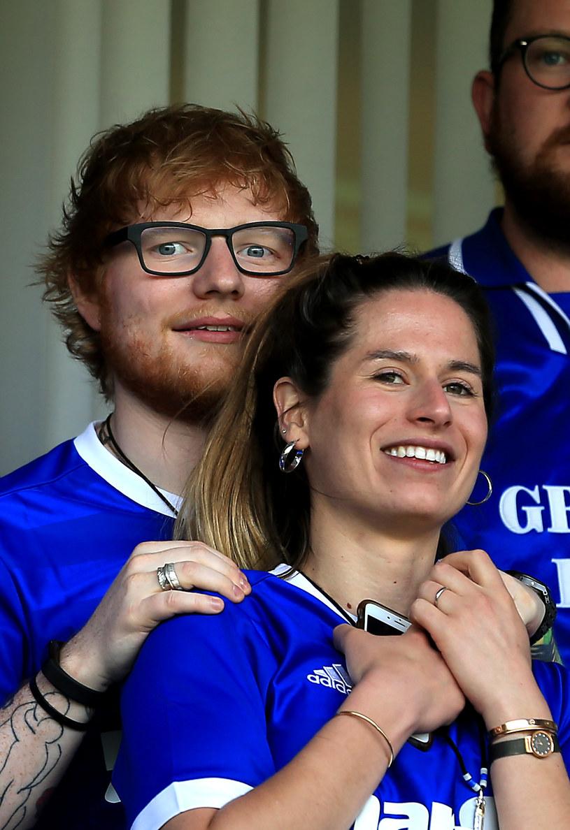 Ed Sheeran wziął ślub? – takie nagłówki można ponownie spotkać w sieci. Niektórzy fani ponownie zaczęli zastanawiać się, czy obrączka na palcu muzyka oznacza, że wziął potajemny ślub. Sprawa wydaje się jednak dużo prostsza.