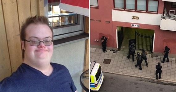 """Tragiczna pomyłka szwedzkiej policji. Nad ranem w Sztokholmie od policyjnych kul broni zginął 20-letni mężczyzna. Funkcjonariusze zostali wezwani przez mieszkańców dzielnicy Vasastan, którym 20-latek pokazywał pistolet. Kiedy patrol przyjechał na miejsce, """"doszło do niebezpiecznej sytuacji"""". Jak pisze dziennik """"Aftonbladet"""", trzech funkcjonariuszy oddało strzały. Mężczyzna zginął. Trzymany przez niego w ręku pistolet okazał się być zabawka. Dziś szwedzkie media ujawniły, że ofiara to autystyczny chłopak z syndromem Downa."""