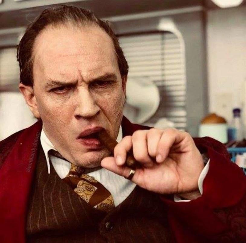 """Pojawiło się pierwsze oficjalne zdjęcie Toma Hardy'ego w roli Ala Capone. """"Fonzo"""" wejdzie na ekrany kin w 2019 roku."""