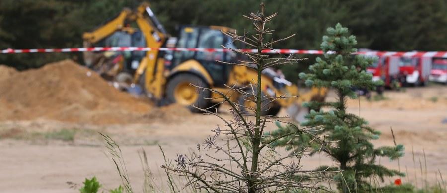 Ciężarówka stoczyła się z kilkunastometrowej skarpy w żwirowni w Kończycach Wielkich w woj. śląskim. Samochód jest całkiem zniszczony. Kierowca w bardzo ciężkim stanie trafił do szpitala.