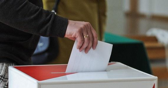 """Jednostronna karta ma spowodować, że nie powtórzy się skandal z elekcji w 2014 roku - pisze piątkowa """"Rzeczpospolita""""."""