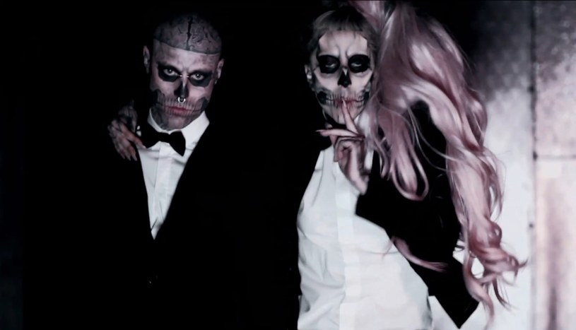 """Rick Genest, czyli Zombie Boy nie żyje. Model znany z teledysków """"Born This Way"""" Lady Gagi i """"Sabotaż"""" Honoraty """"Honey"""" Skarbek popełnił samobójstwo. Zmarł sześć dni przed swoimi urodzinami."""