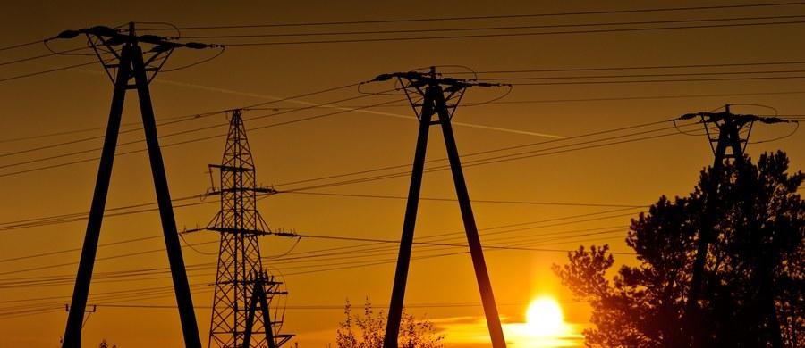 Padł kolejny rekord dziennego zużycia prądu. Wczoraj zapotrzebowanie na energię elektryczną w szczytowym momencie wyniosło 23 680 megawatów. Podobnie jak w ostatnich dniach, Polskie Sieci Elektroenergetyczne odnotowały rekord o godz. 13:15.