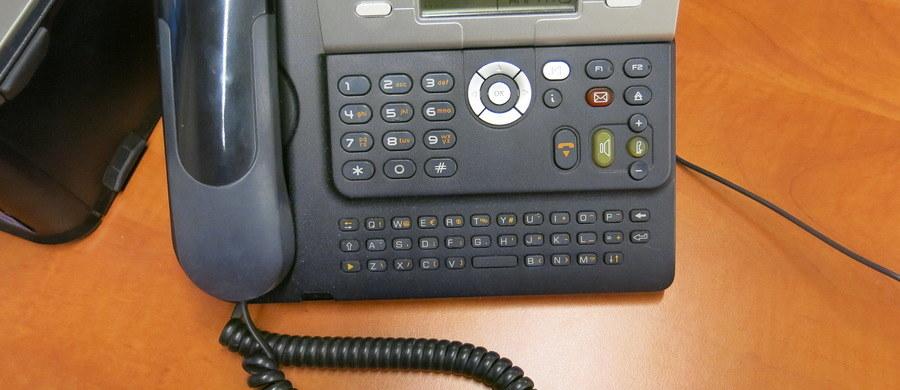 """13 ratowników, dyżury 24 godziny na dobę przez 7 dni w tygodniu, każdego dnia nawet 100 konsultacji telefonicznych, dotychczas już ponad 350 osób starszych i niesamodzielnych objętych wsparciem, które noszą opaski życia oraz kolejnych 1200 czekających na włączenie do projektu – to tylko kilka liczb pokazujących skalę pracy Centrum Teleopieki w Suchej Beskidzkiej, czyli """"w sercu"""" Tele-Anioła. A to dopiero początek, bo do 2020 r. pod jego skrzydła ma trafić 10 tys. potrzebujących wsparcia Małopolan."""
