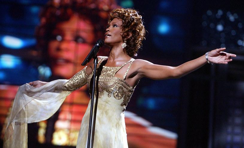 """Trwają przygotowania do zrealizowania poświęconego życiu i twórczości Whitney Houston filmu biograficznego zatytułowanego """"I Wanna Dance with Somebody"""". Tytuł filmu zapożyczony został z jednego z największych przebojów tej wybitnej wokalistki. Jak podaje portal """"Deadline"""", prawa do filmu zakupiło należące do Sony studio TriStar Pictures. Premiera filmu planowana jest w okolicach Święta Dziękczynienia 2022 roku."""