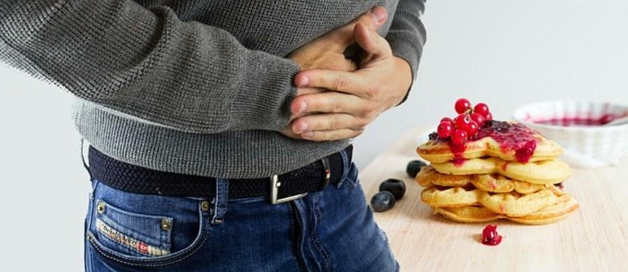 Odżywianie w chorobie wrzodowej żołądka i dwunastnicy powinno opierać się na gotowanych, rozdrobnionych i lekkostrawnych potrawach. Z jadłospisu eliminuje się produkty o wysokiej zawartości tłuszczu, mocne wywary mięsne i warzywne oraz świeże pieczywo pełnoziarniste. Dozwolone są m.in. chude rodzaje mięs, wędlin i ryb, obrane owoce i warzywa, drobne kasze, czerstwe pieczywo pszenne.