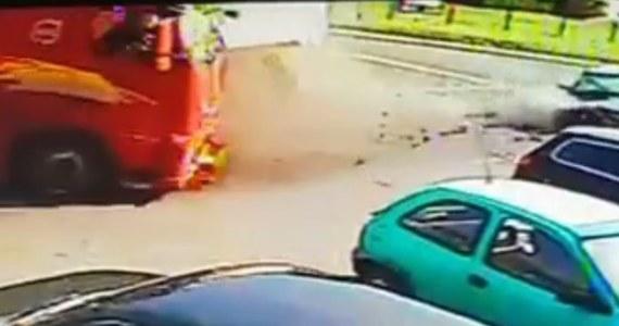 """To wręcz niewiarygodne, że kierowca i pasażer bmw wyszli cało z wczorajszego zdarzenia w Połomii. W wyniku niezastosowania się do znaku """"STOP"""", prowadzona przez 31-latka osobówka uderzyła w prawidłowo jadący samochód ciężarowy. Siła uderzenia była tak duża, że osobowe auto zostało prawie doszczętnie zniszczone."""