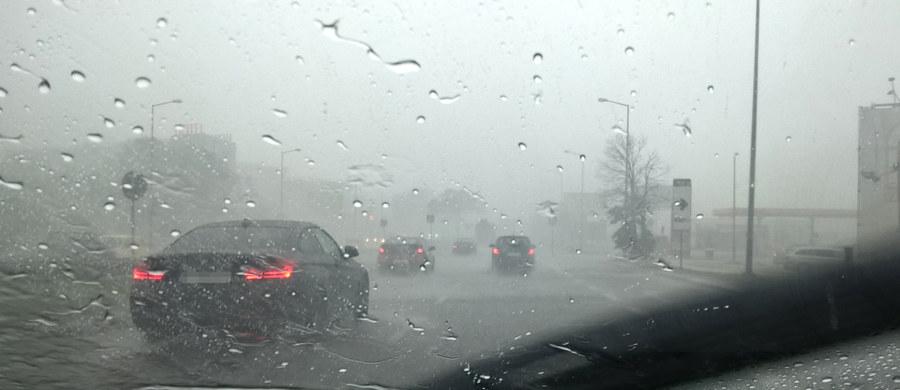 W najbliższych godzinach zagrzmi w większości regionów Polski - ostrzega Instytut Meteorologii i Gospodarki Wodnej. Wciąż obowiązują także ostrzeżenia drugiego stopnia przed upałami.