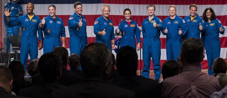 Amerykańska Państwowa Agencja Aeronautyki i Przestrzeni Kosmicznej (NASA) przedstawiła w piątek na konferencji prasowej w Houston dziewięcioro astronautów, którzy wezmą udział w pierwszych lotach komercyjnych statków orbitalnych firm Boeing i SpaceX.