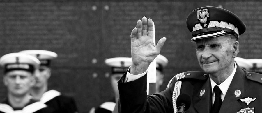 """Gen. Zbigniew Ścibor-Rylski w młodzieży widział wyjątkowego odbiorcę pamięci o powstaniu. Przekazywał jej etos """"braterstwa i służby"""" - powiedział dyrektor Muzeum Powstania Warszawskiego Jan Ołdakowski. Przypomniał, że zmarły w piątek generał był współtwórcą kierowanej przez niego placówki."""