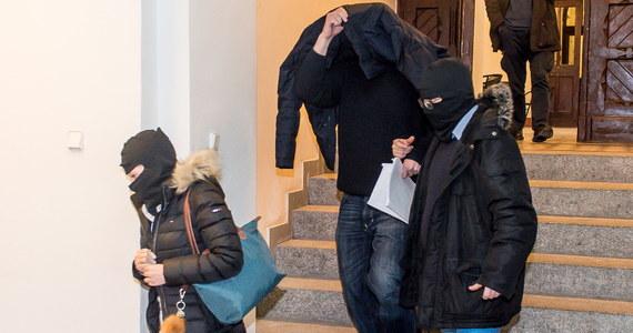 Przebywający od półtora roku w areszcie adwokat Robert N., podejrzany w śledztwie dot. warszawskich reprywatyzacji, będzie mógł go opuścić, jeśli wpłaci kaucję w wysokości miliona złotych - taką decyzję podjął Sąd Apelacyjny we Wrocławiu. N. jest podejrzany m.in. o współudział w oszustwie przy reprywatyzacji działki na Placu Defilad.