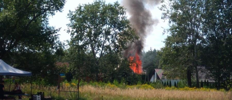 Udało się opanować pożar domu jednorodzinnego w Dąbrówce w gminie Dopiewo pod Poznaniem. Strażacy wciąż dogaszają zgliszcza budynku. Nie ma informacji o osobach poszkodowanych.