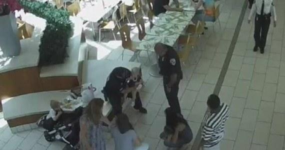 Dwaj policjanci z Palm Beach na Florydzie zostali uznani za bohaterów po tym, jak uratowali 14-miesięczną dziewczynkę, która zadławiła się kawałkiem skrzydełka kurczaka. Akcja funkcjonariuszy polegająca na zastosowaniu chwytu Heimlicha została zarejestrowana przez kamerę monitoringu.