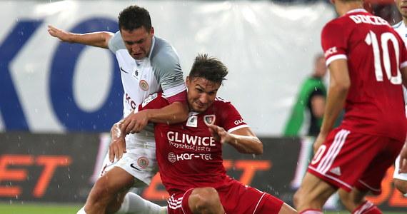 Piast Gliwice pokonał u siebie Zagłębie Lubin 2:1 (1:1) w sobotnim meczu trzeciej kolejki piłkarskie ekstraklasy. Obie drużyny wygrały dwa poprzednie mecze sezonu i walczyły o fotel lidera. Cel osiągnęli zawodnicy trenera Waldemara Fornalika.